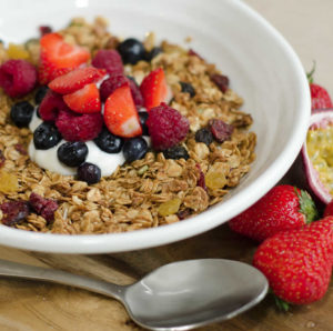 Strawberries and blueberries with oats and yoghurt